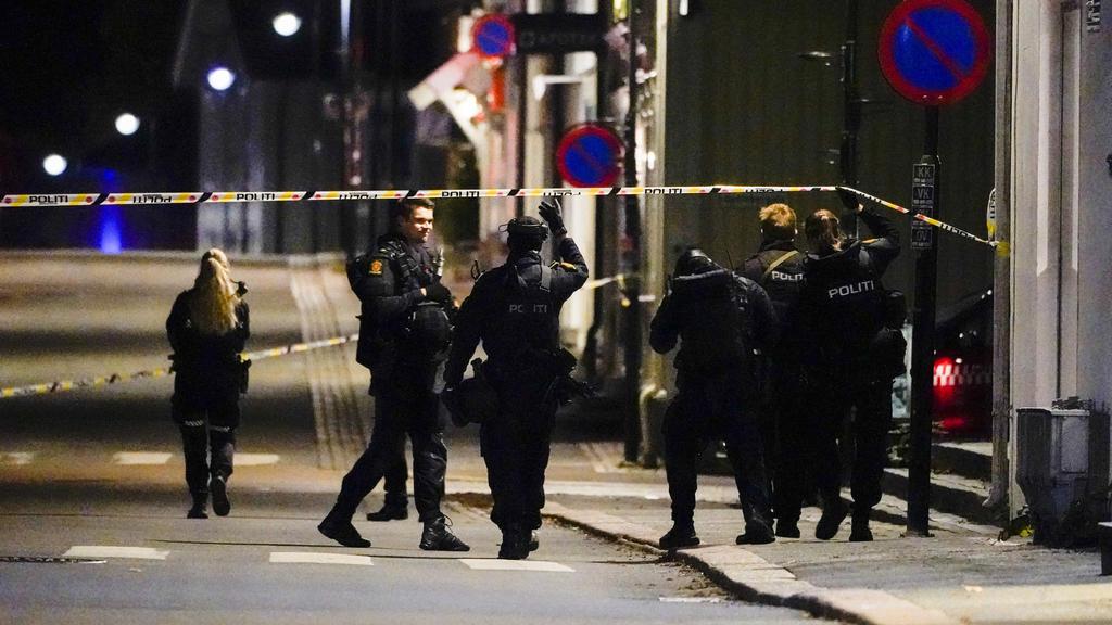 13.10.2021, Norwegen, Kongsberg: Polizisten ermitteln im Zentrum von Kongsberg nach einer Gewalttat. Bei der Gewalttat hat es mehrere Tote und Verletzte gegeben. Foto: Håkon Mosvold Larsen/NTB/dpa +++ dpa-Bildfunk +++