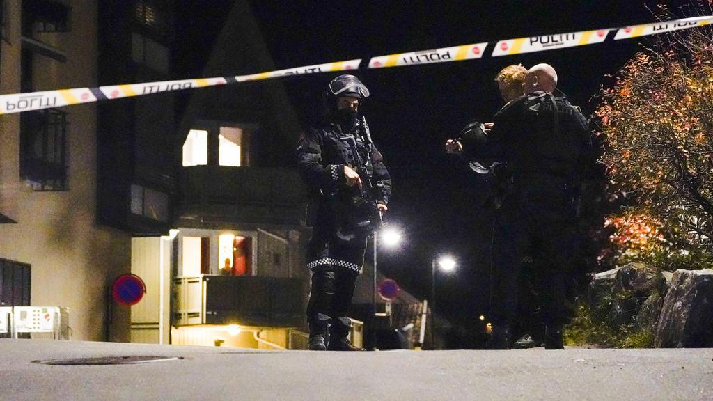 Polizisten ermitteln im Zentrum von Kongsberg nach einer Gewalttat. Bei der Gewalttat hat es mehrere Tote und Verletzte gegeben.