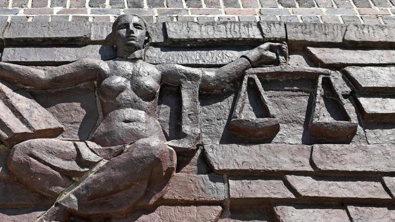 Blick auf die Justitia über dem Eingang eines Gerichts. Foto: Hendrik Schmidt/dpa-Zentralbild/dpa/Symbolbild