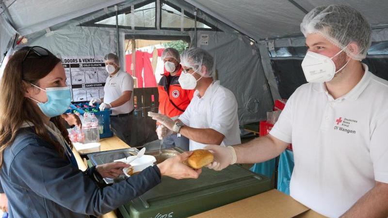 Helfer des Verpflegungszentrums des Deutschen Roten Kreuz geben in Ahrweiler Essen aus. Foto: Thomas Frey/dpa/Archivbild