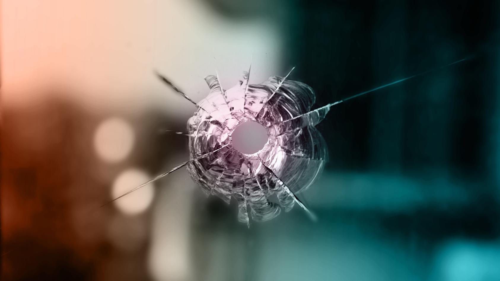 Die Kugel durchschlug erst eine Wand und dann ein Fenster im Nachbargebäude. (Symbolbild)