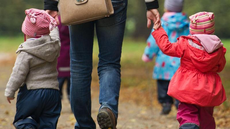 Eine Frau geht mit mehreren Kindern spazieren. Foto: Sebastian Kahnert/dpa-Zentralbild/dpa/Symbolbild