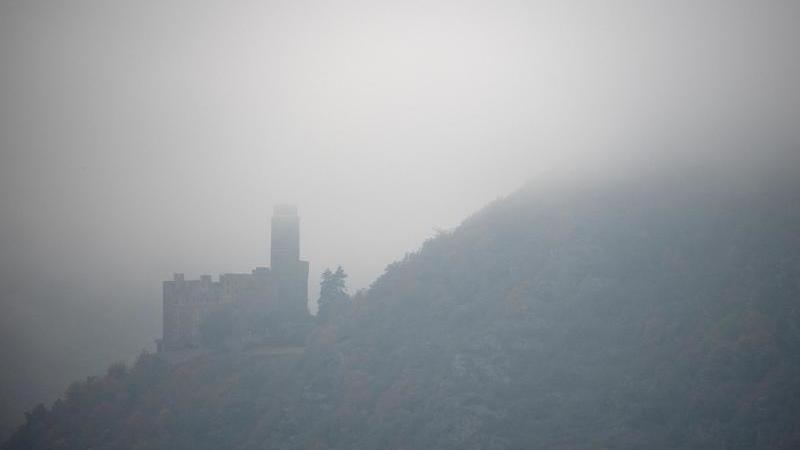 Burg Maus bei Sankt Goarshausen in Rheinland-Pfalz ist von dichtem Nebel umgeben. Foto: Sebastian Gollnow/dpa/Archivbild