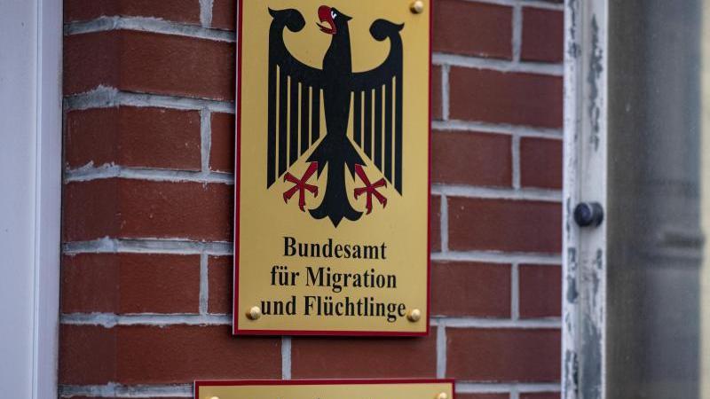 Das Schild des Bundesamts für Migration und Flüchtlinge hängt am Gebäude des Ankunftszentrums Eisenhüttenstadt. Foto: Fabian Sommer/dpa/Archivbild