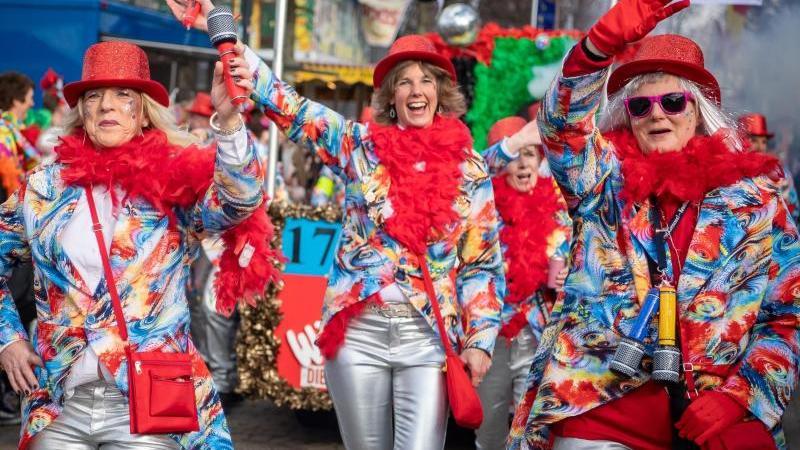 Akteure ziehen in bunten Kostümen beim traditionellen Rosenmontagsumzug durch die Innenstadt. Foto: Sina Schuldt/dpa/Archivbild