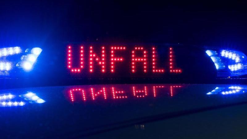 """Blaulicht und der Hinweis """"Unfall"""" leuchten auf demDach eines Polizeiwagens. Foto: Monika Skolimowska/dpa-Zentralbild/ZB/Symbolbild"""