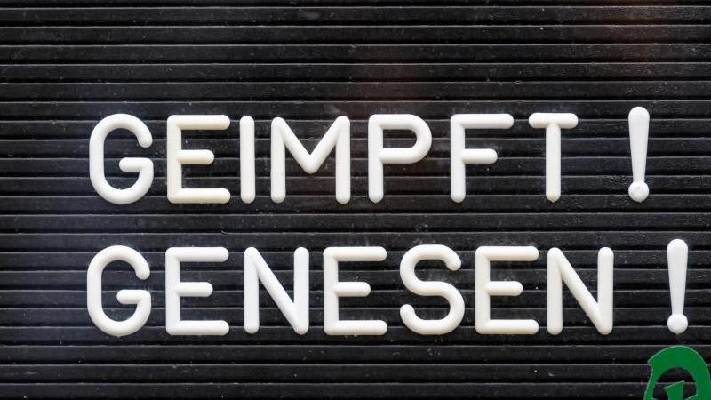 Ein Schild weist auf die 2G-Regel hin. Foto: Robert Michael/dpa-Zentralbild/dpa/Symbolbild