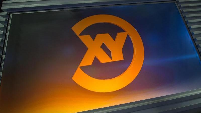 """Eine Projektion des Logos der Sendung """"Aktenzeichen XY ... ungelöst"""" ist in einem Studio an einer Glasscheibe zu sehen. Foto: Matthias Balk/dpa/Archivbild"""