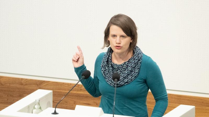 Julia Willie Hamburg, Niedersachsens Fraktionsvorsitzende von Bündnis 90/Die Grünen, spricht im niedersächsischen Landtag. Foto: Demy Becker/dpa/Archivbild