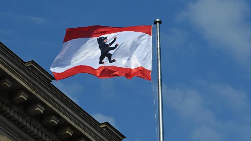 Die rot-weisse Flagge der Stadt mit dem Berliner Bären weht auf dem Dach des Abgeordnetenhauses. Foto: Soeren Stache/dpa/Archivbild