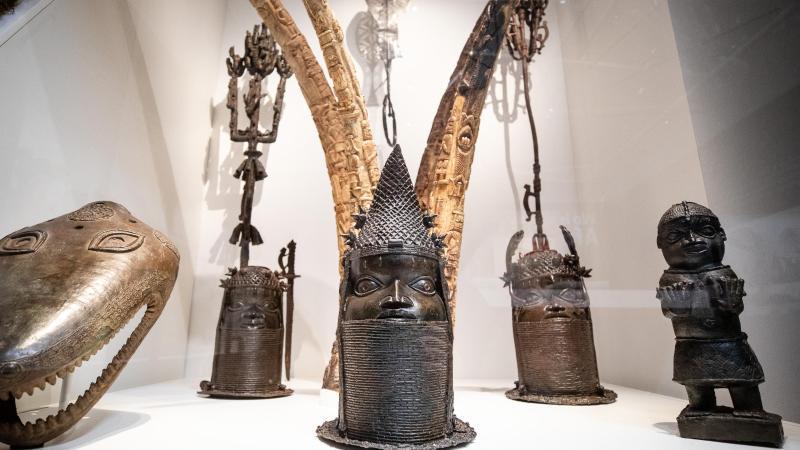 """Verschiedene Skulpturen aus Nigeria, sind in der """"Afrika""""-Ausstellung im Linden-Museum in Stuttgart zu sehen. Foto: Christoph Schmidt/dpa/Archivbild"""