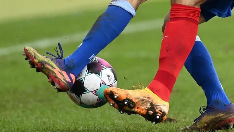 Zwei Fußballspieler kämpfen um den Ball. Foto: Uli Deck/dpa/Symbolbild