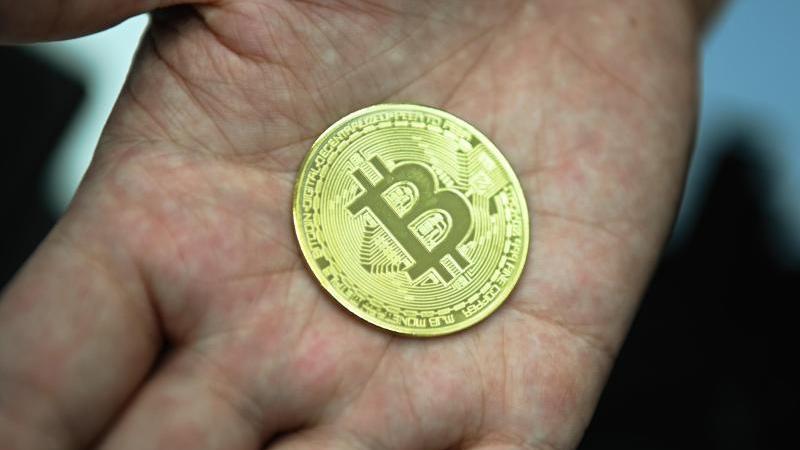 Münze mit Bitcoin-Logo: Verbraucherschützer warnen wegen der stark volatilen Kurse generell von einer Anlage in der Kryptowährung. Foto: Nicolas Armer/dpa