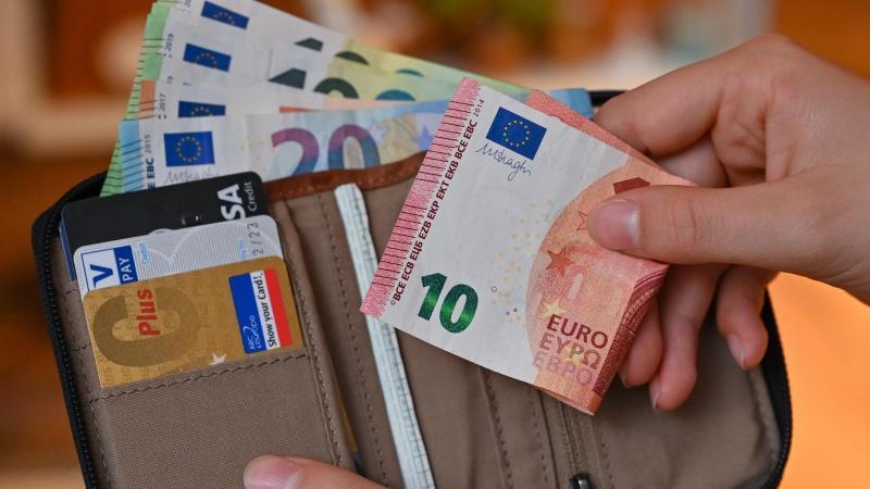 Die Menschen legen Geld auf die hohe Kante, zugleich profitieren sie von Kursgewinnen an den Börsen. Foto: Patrick Pleul/dpa/Symbolbild