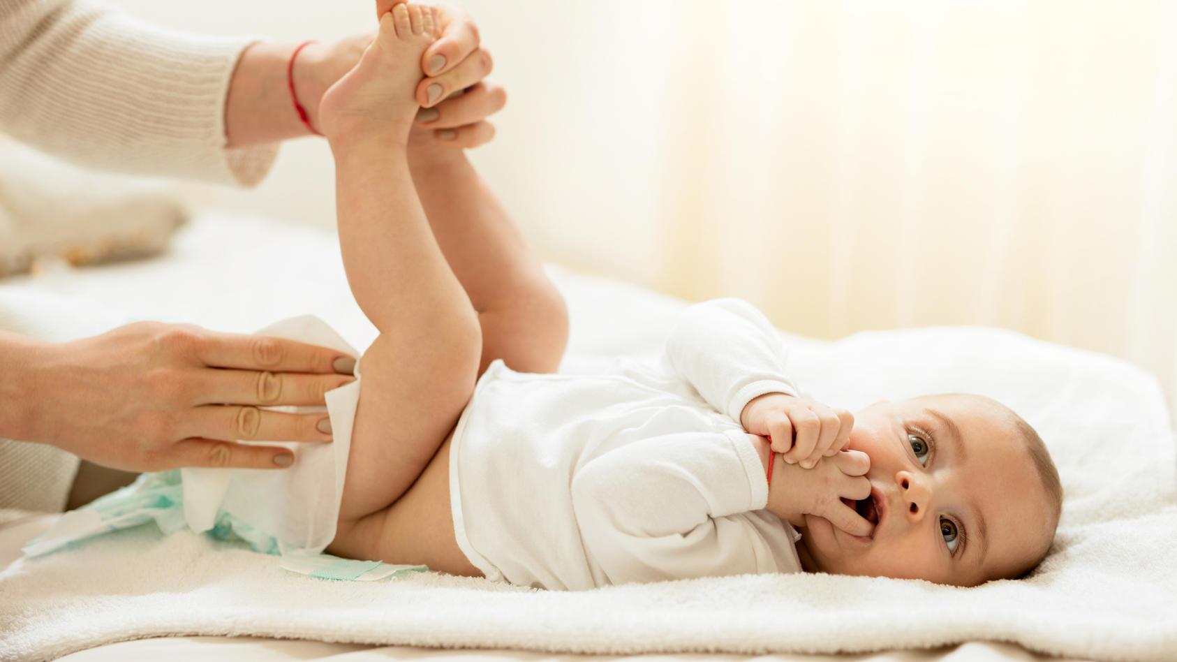 ist-es-schadlich-furs-babys-wenn-man-ihre-beine-beim-wickeln-hochhalt