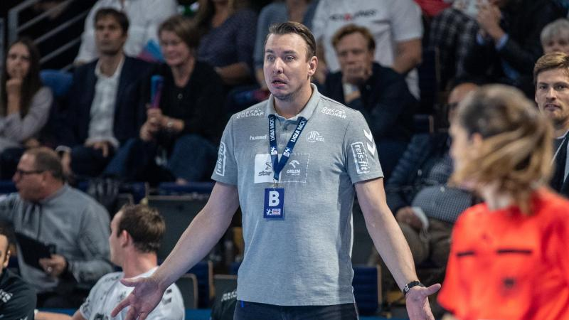 Kiels Trainer Filip Jicha steht gestikulierend am Rand des Spielfelds. Foto: Andreas Gora/dpa/Archivbild