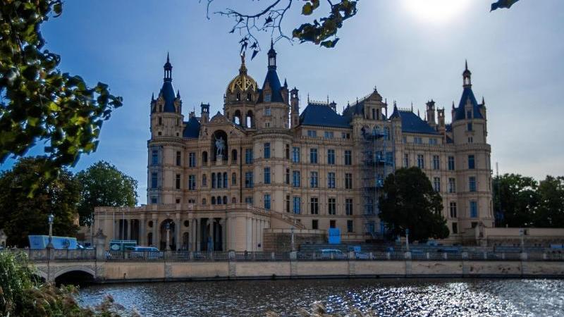 Im Gegenlicht ist das Schweriner Schloss, Sitz des Landtags von Mecklenburg-Vorpommern, zu sehen. Foto: Jens Büttner/dpa/Archivbild