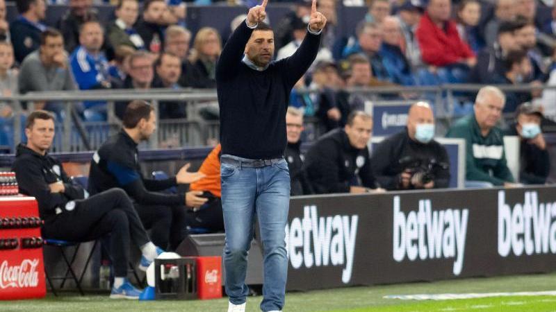 Schalkes Trainer Dimitrios Grammozis coacht seine Mannschaft von der Seitenlinie aus. Foto: Bernd Thissen/dpa/Archivbild