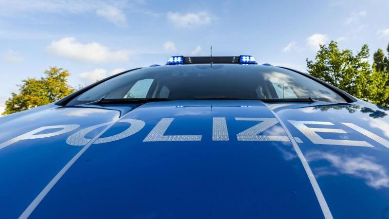 """Auf der Motorhaube eines Streifenwagens steht der Schriftzug """"Polizei"""". Foto: David Inderlied/dpa/Illustration"""