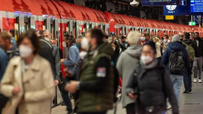 Pendler benutzen in den Morgenstunden die S-Bahn am Hauptbahnhof. Foto: Peter Kneffel/dpa/Archivbild