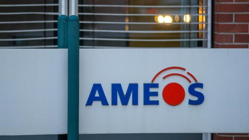 """""""Ameos"""" steht auf einem Schild vor einem Klinikgebäude. Foto: Klaus-Dietmar Gabbert/dpa/Archivbild"""