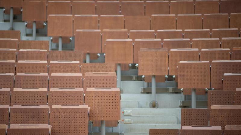 Ein leerer Hörsaal an einer Universität. Foto: Sebastian Gollnow/dpa/Symbolbild