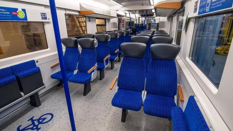 Der Innenraum vom umgebauten Zug der Nordwestbahn. Foto: Sina Schuldt/dpa/Archivbild