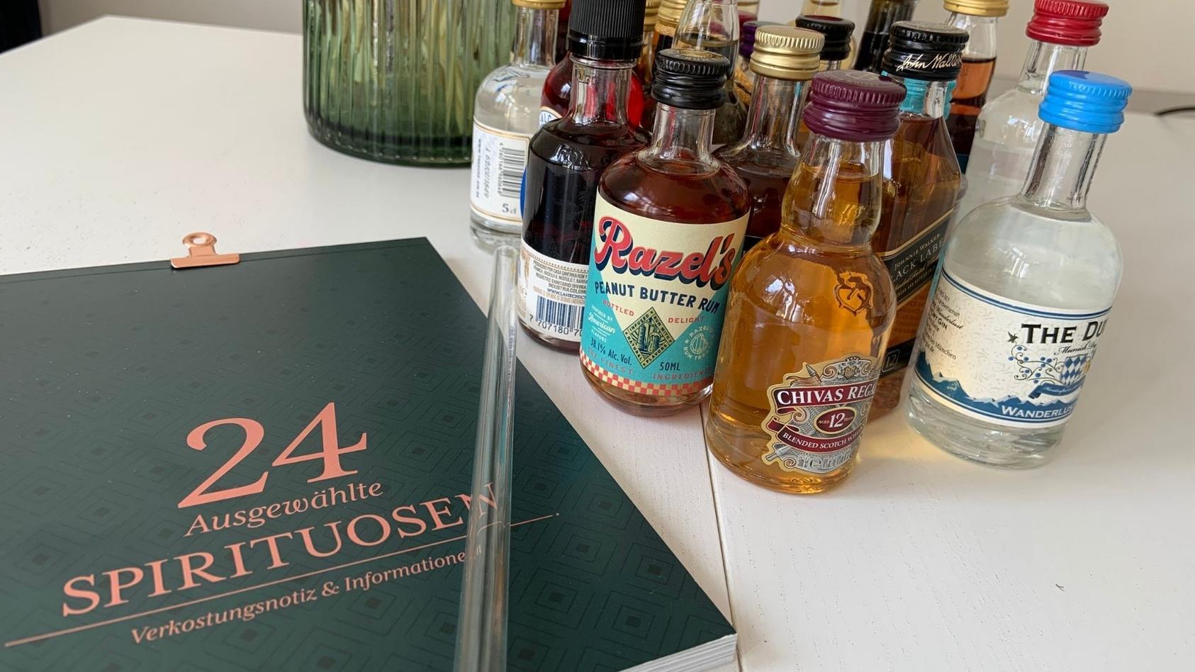 als-gimmick-zum-amazon-spirituosen-adventskalender-2021-gibt-es-ein-booklet-mit-cocktail-rezepten-und-einen-strohhalm-aus-glas