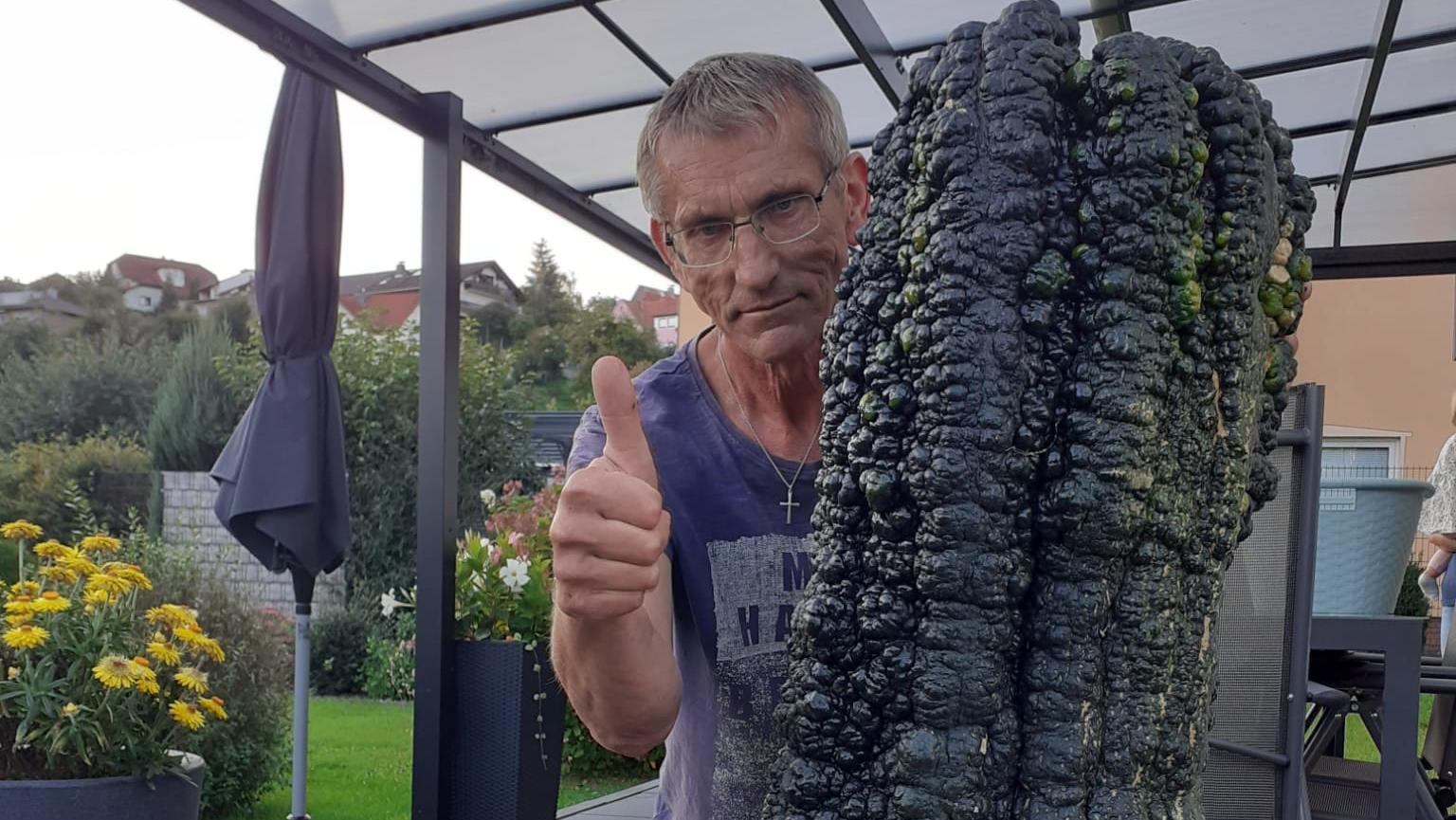 rekord-gemuse-aus-sinntal-helmut-mahrs-zucchini-wiegt-592-kg