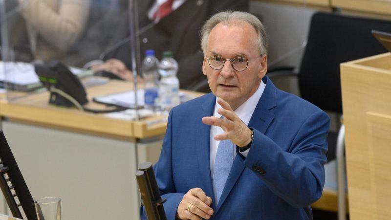Reiner Haseloff spricht im Plenarsaal des Landtages zu den Abgeordneten. Foto: Klaus-Dietmar Gabbert/dpa-Zentralbild/ZB