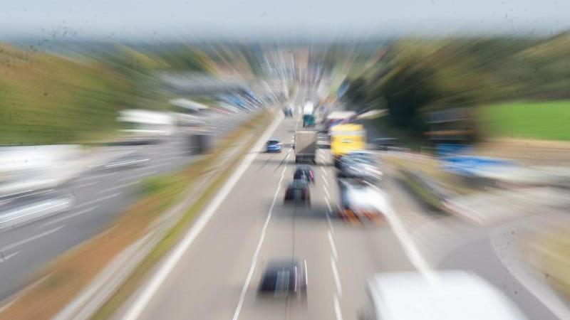 Fahrzeuge fahren auf einer dreispurigen Autobahn. Foto: Bernd Weißbrod/dpa/Symbolbild