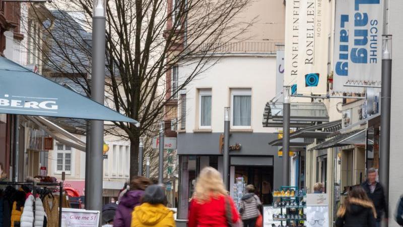 Menschen sind in der Fußgängerzone unterwegs. Foto: Harald Tittel/dpa/Symbolbild