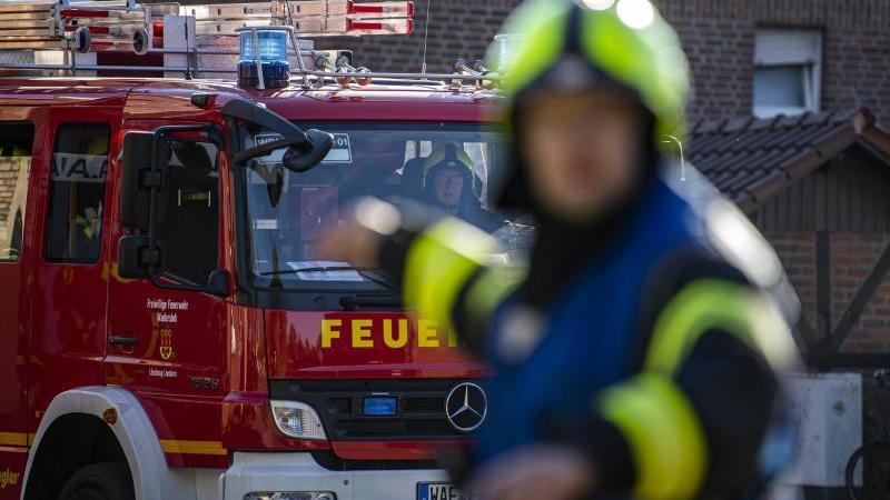 Ein Fahrzeug der Feuerwehr fährt an dem Einsatzort vor und wird vom Wehrführer eingewiesen. Foto: David Inderlied/dpa/Symbolbild