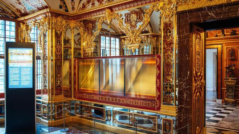 Die ausgeraubte Vitrine im Juwelenzimmer des Historischen Grünen Gewölbes im Residenzschloss in Dresden. Foto: Oliver Killig/dpa-Zentralbild/dpa/Archivbild