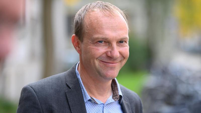 Wolfram Günther (Bündnis 90/Die Grünen), Umweltminister von Sachsen, lächelt während einer Pressekonferenz. Foto: Robert Michael/dpa-Zentralbild/dpa/Archivbild