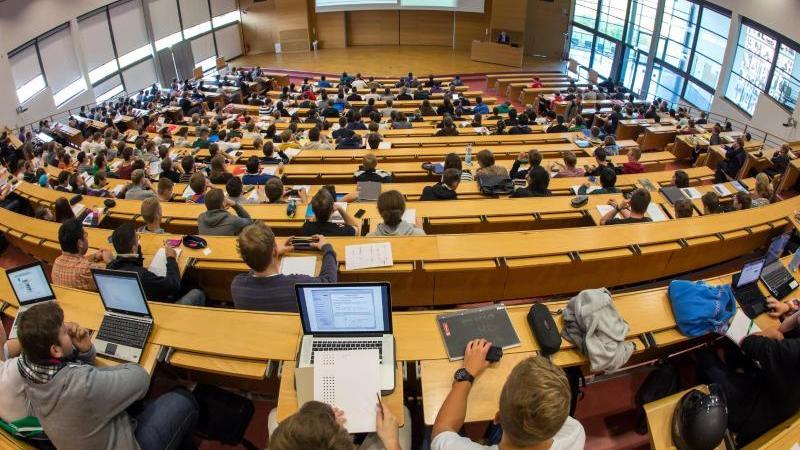Studenten verfolgen eine Vorlesung. Foto: Michael Reichel/dpa-Zentralbild/dpa/Symbolbild