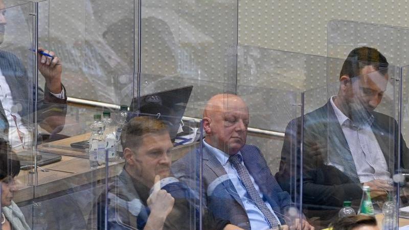 Hagen Kohl (2vr, AfD) sitzt im den Plenarsaal des Landtages in Mitten der Abgeordneten der AfD und vernimmt das Wahlergebnis. Foto: Klaus-Dietmar Gabbert/dpa-Zentralbild/dpa