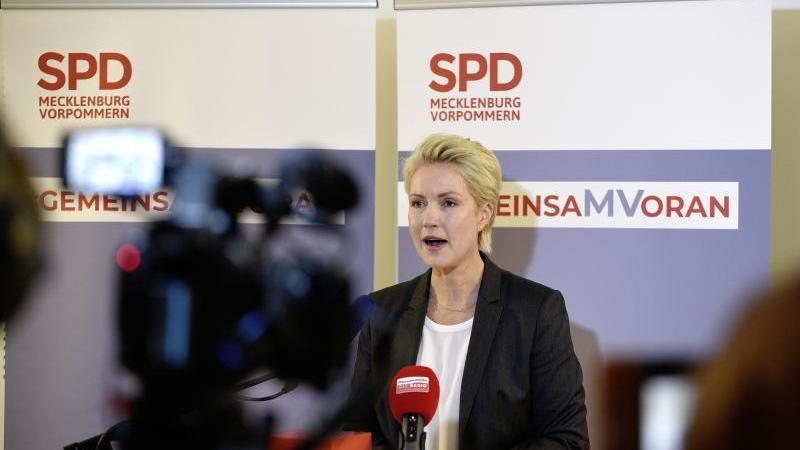 SPD-Landesvorsitzende Manuela Schwesig gibt Auskunft über die Entscheidung zu Aufnahme von Koalitionsverhandlungen für die Regierungsbildung im Schweriner Landtag. Foto: Frank Hormann/dpa