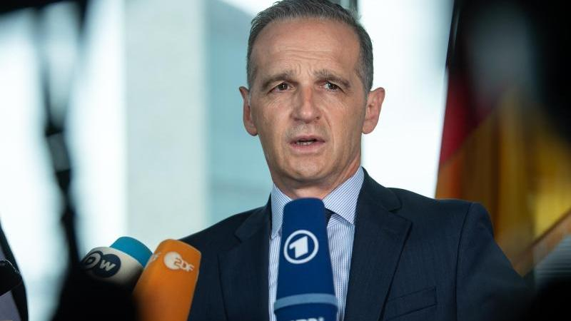 Heiko Maas (SPD), Außenminister, steht vor Mikrofonen. Foto: Bernd von Jutrczenka/dpa/Archivbild