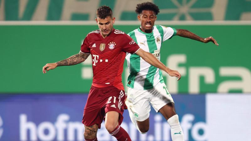 Bayerns Lucas Hernández (l) in Aktion gegen Fürths Jeremy Dudziak. Foto: Daniel Karmann/dpa