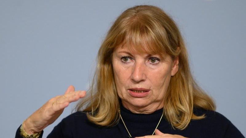 Petra Köpping (SPD), Sozialministerin von Sachsen, gestikuliert. Foto: Robert Michael/dpa-Zentralbild/dpa