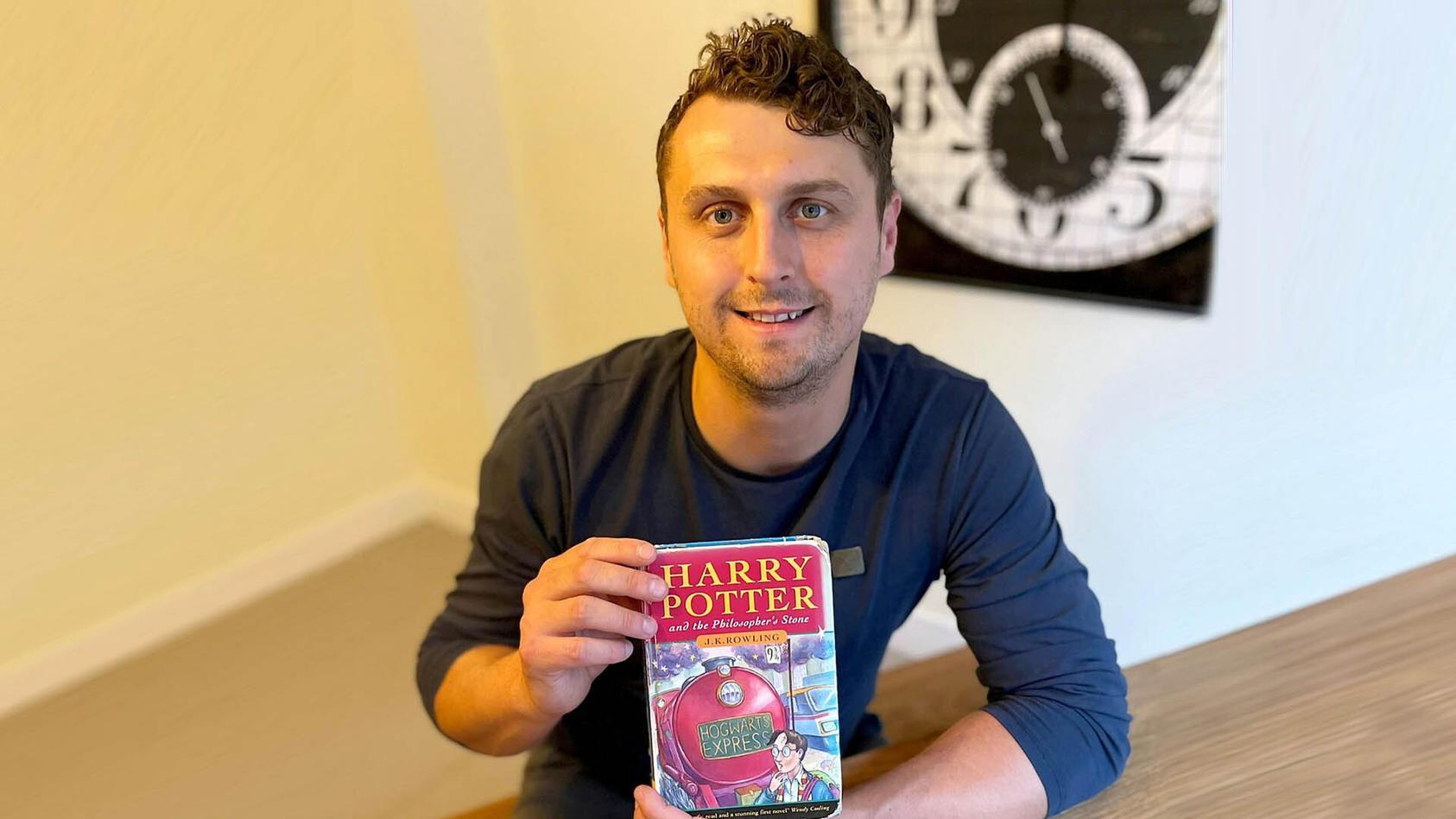 harry-potter-er-versteigert-eines-von-500-exemplaren-der-erstauflage-und-macht-damit-richtig-geld