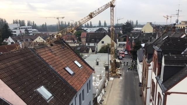 hauser-evakuiert-wiesbaden-baukran-sturzt-auf-wohnhaus