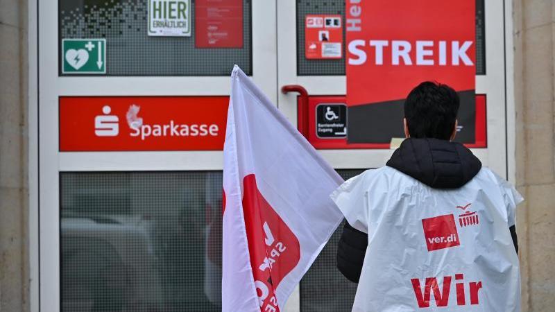 streikpotsten-vor-der-tur-der-sparkasse-markisch-oderland-in-strausberg-foto-patrick-pleuldpa-zentralbilddpa