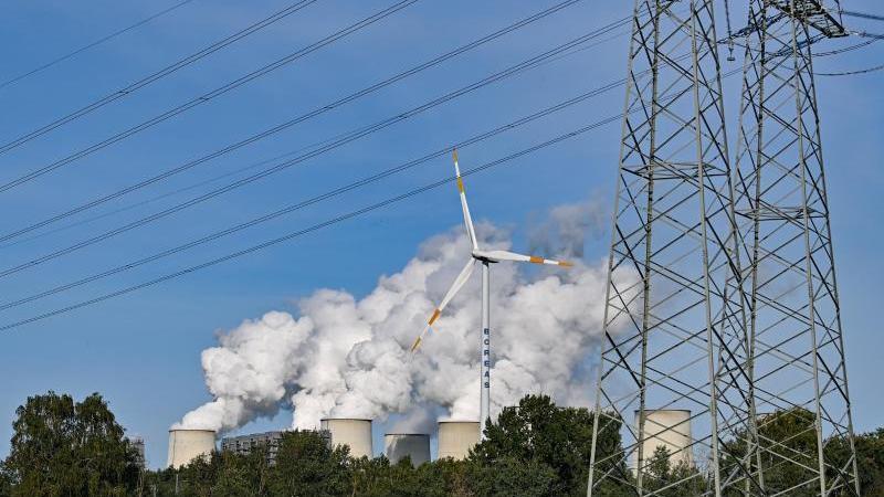 wasserdampf-steigt-aus-den-kuhlturmen-des-braunkohlekraftwerks-janschwalde-der-lausitz-energie-bergbau-ag-leag-foto-patrick-pleuldpa-zentralbilddpaarchivbild