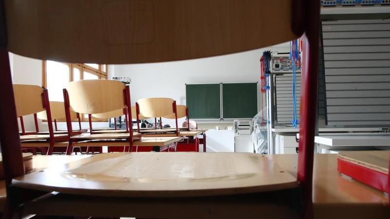 ein-leeres-klassenzimmer-foto-bodo-schackowzbdpasymbolbild
