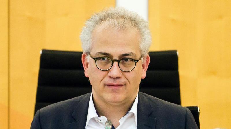hessens-wirtschaftsminister-tarek-al-wazir-grune-nimmt-an-einer-landtagssitzung-teil-foto-andreas-arnolddpaarchivbild