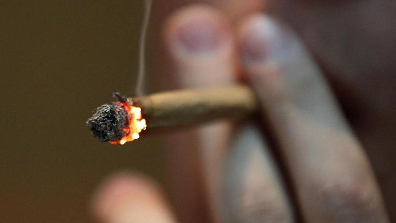 ein-mann-raucht-einen-joint-mit-marihuana-foto-oliver-bergdpasymbolbild