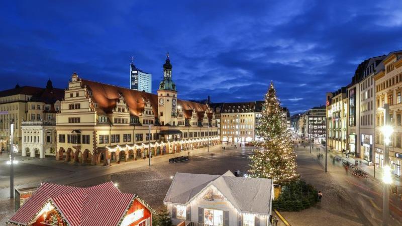 der-geschmuckte-weihnachtsbaum-steht-auf-dem-leipziger-marktplatz-foto-jan-woitasdpa-zentralbildzbarchivbild