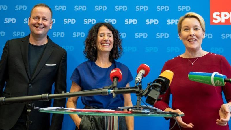 franziska-giffey-r-landesvorsitzende-der-berliner-spd-bettina-jarasch-spitzenkandidatin-von-bundnis-90die-grunen-und-klaus-lederer-die-linke-berlins-kultursenator-lachen-bei-einem-gemeinsamen-pressestatement-nach-den-sondierungsgesprachen-foto